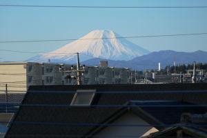 書斎の窓から望む富士